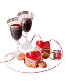 红葡萄酒、礼物盒和心脏形状玻璃结块 免版税库存照片