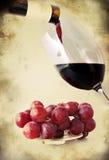 红葡萄酒倾吐了玻璃-减速火箭的样式 免版税图库摄影