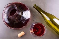 红葡萄酒和一块玻璃玻璃水瓶  免版税库存照片