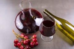 红葡萄酒和一块玻璃玻璃水瓶  库存图片