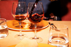 红葡萄酒和两块玻璃在桌上 库存照片