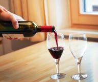 红葡萄酒和两块玻璃 库存图片