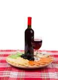 红葡萄酒和乳酪盘子 免版税库存照片