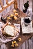 红葡萄酒和乳酪 免版税库存图片