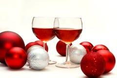 红葡萄酒和圣诞节装饰 免版税图库摄影