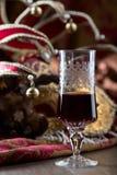 红葡萄酒和威尼斯式狂欢节面具 库存图片