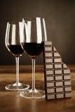 红葡萄酒和巧克力块 免版税库存照片
