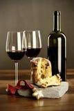 红葡萄酒和意大利节日糕点 免版税库存图片