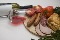 红葡萄酒和肉开胃菜 库存图片