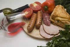 红葡萄酒和肉开胃菜 库存照片