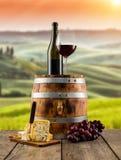 红葡萄酒在木桶,背景的葡萄园服务 免版税图库摄影