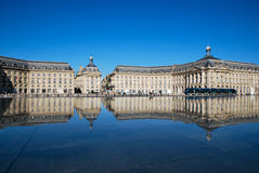 红葡萄酒城市镜子 免版税图库摄影