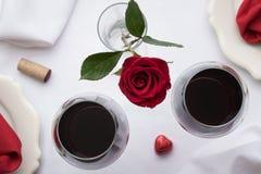 红葡萄酒桌设置 库存图片