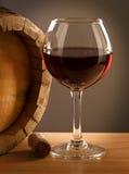 红葡萄酒桶和玻璃 库存图片