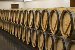 红葡萄酒桶行在酿酒厂 免版税库存图片
