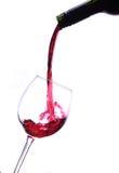 红葡萄酒涌入葡萄酒杯 免版税库存图片