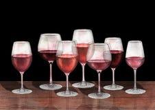 红葡萄酒玻璃水彩行在木桌上的 免版税库存图片