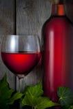 红葡萄酒玻璃瓶 免版税库存图片