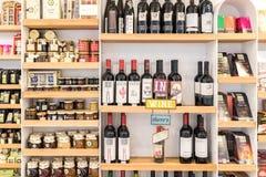 红葡萄酒瓶、果酱瓶子和巧克力 免版税库存图片