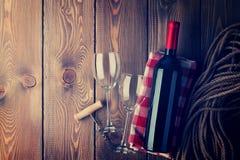 红葡萄酒瓶、玻璃和拔塞螺旋 免版税库存照片
