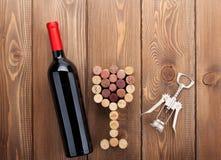 红葡萄酒瓶、玻璃形状的黄柏和拔塞螺旋 库存图片