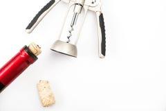 红葡萄酒瓶和拔塞螺旋 库存图片