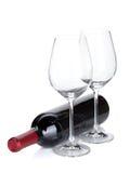 红葡萄酒瓶和空的玻璃 免版税库存图片
