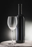 红葡萄酒瓶和酒杯 库存图片
