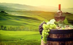 红葡萄酒瓶和酒杯wodden桶 美丽的Tusca 免版税库存图片