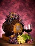 红葡萄酒瓶和酒杯wodden桶 库存图片