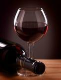 红葡萄酒瓶和玻璃 免版税库存照片