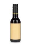 红葡萄酒瓶,当纸空白的标签被隔绝在白色 免版税库存照片
