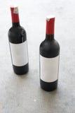 红葡萄酒瓶,有真正的纸空白的标签的 库存照片