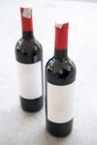 红葡萄酒瓶,有纸空白的标签的 免版税库存照片