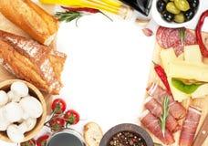 红葡萄酒用乳酪、熏火腿、面包、菜和香料 免版税图库摄影