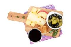 红葡萄酒用乳酪、面包、橄榄和香料 免版税库存照片