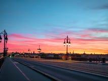 红葡萄酒石头Bridge Pont在红葡萄酒城市的de皮埃尔和令人惊讶的日落天空,法国 免版税图库摄影