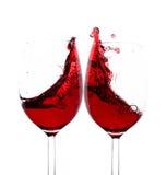 红葡萄酒飞溅在两块玻璃中 免版税库存图片