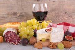 红葡萄酒,乳酪,面包 免版税库存图片