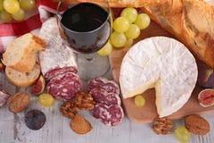 红葡萄酒,乳酪,面包 库存照片