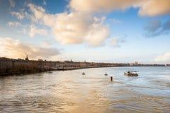 红葡萄酒,从石桥梁在加龙河,法郎的看法 免版税库存图片