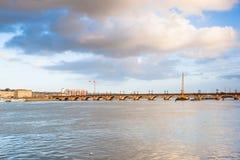 红葡萄酒,在加龙河,法国的石桥梁 库存照片