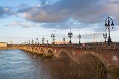 红葡萄酒,在加龙河,法国的石桥梁 库存图片
