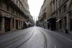 红葡萄酒,法国, 2011年10月18日:有电车轨道路轨的重要卡莱斯街道和圣徒安德烈教会在背景中 库存图片