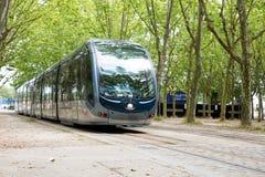 红葡萄酒,阿基旃/法国- 06 11 2018年:与电车轨道的现代缆车城市街道场面在红葡萄酒 库存照片