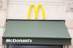 红葡萄酒,阿基旃/法国- 06 10 2018年:教商业标志和商店街道的快餐餐馆品牌的  免版税图库摄影
