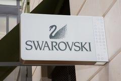 红葡萄酒,阿基旃/法国- 06 10 2018年:教商业签到商店的街道品牌swarovski 库存照片