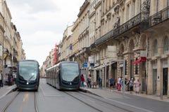 红葡萄酒,阿基旃/法国- 06 11 2018年:电车在红葡萄酒的中心法国电车轨道网络的是著名的为使用地面 免版税库存照片