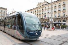 红葡萄酒,阿基旃/法国- 06 11 2018年:红葡萄酒电车轨道盛大旅馆街道前面在城市 库存图片