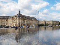 红葡萄酒, GIRONDE/FRANCE - 9月19日:Miroir d'Eau在地方 免版税库存照片